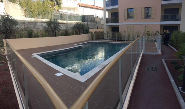 Piscine de la résidence neuve de Cannes proche de la plage